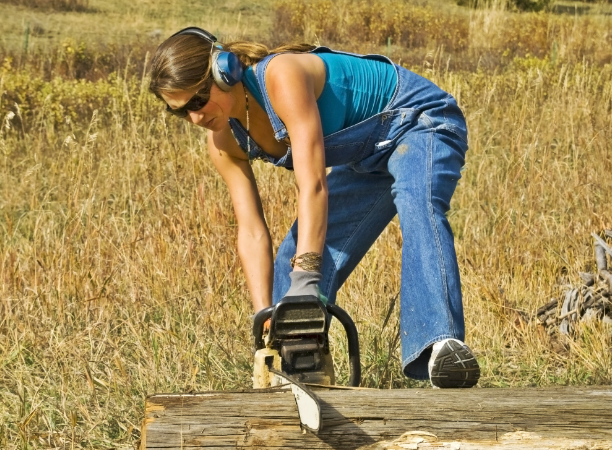 Best Chainsaw for a Woman – Our Top 3 Choices